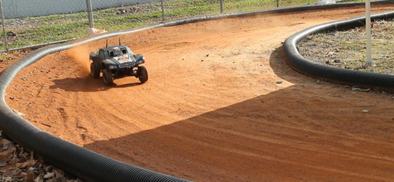 自動運転車の安全向上のため、ドリフト走行に挑戦するラジコン