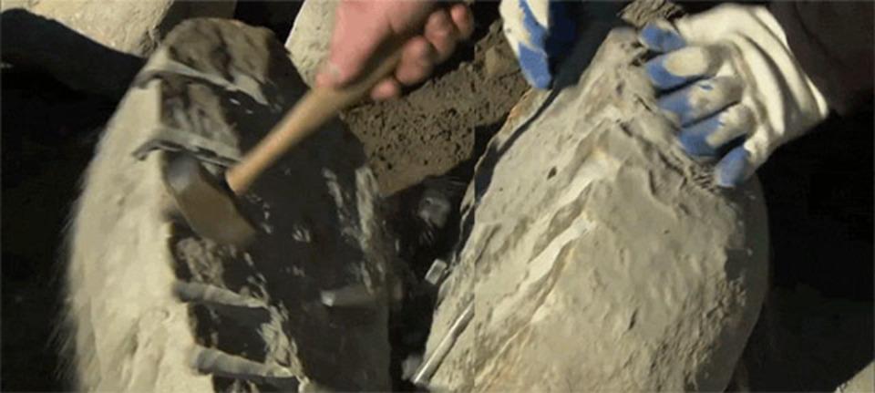 お見事! 巨大な岩を真っ二つに割る方法がある意味匠の技