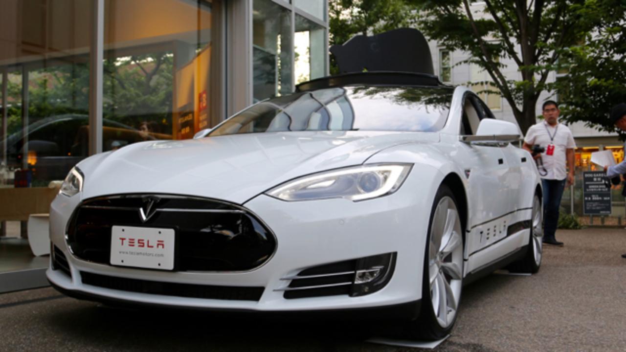 パパのいたずら。Teslaの自動駐車機能におののく男の子