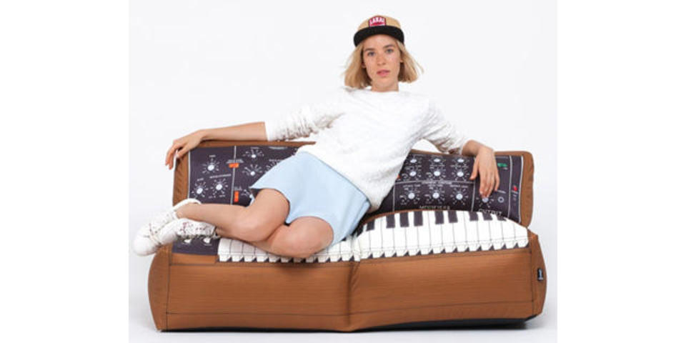 本物のMinimoogは買えなくても、ソファならどうでしょう?