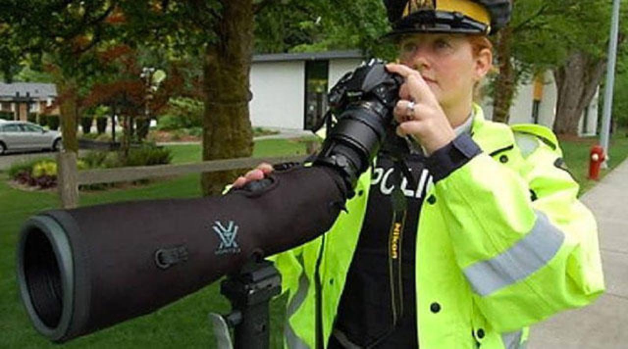 パパラッチ? スナイパー? カナダ警察の交通違反取締り用スコープがでかい