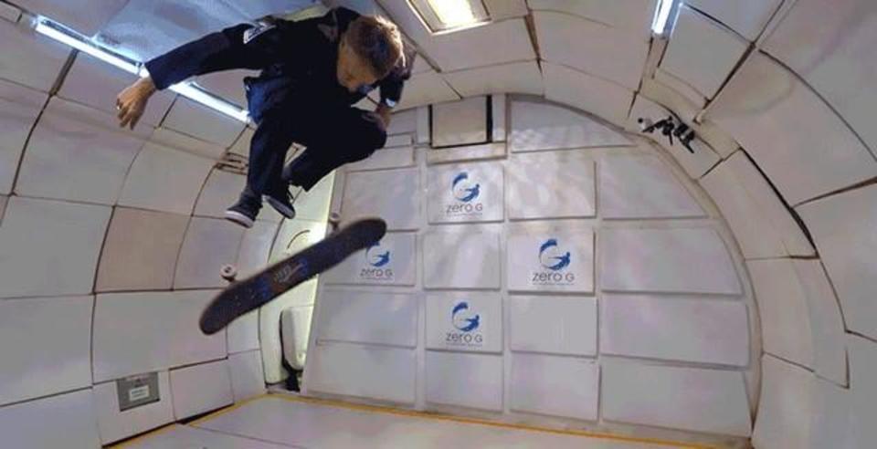 スケボーの神、トニー・ホークが無重力状態で魅せるトリック