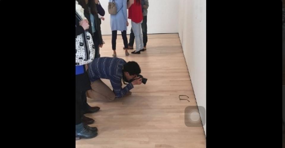 美術館の床にメガネを置いたら、みんなアートだと信じこむ