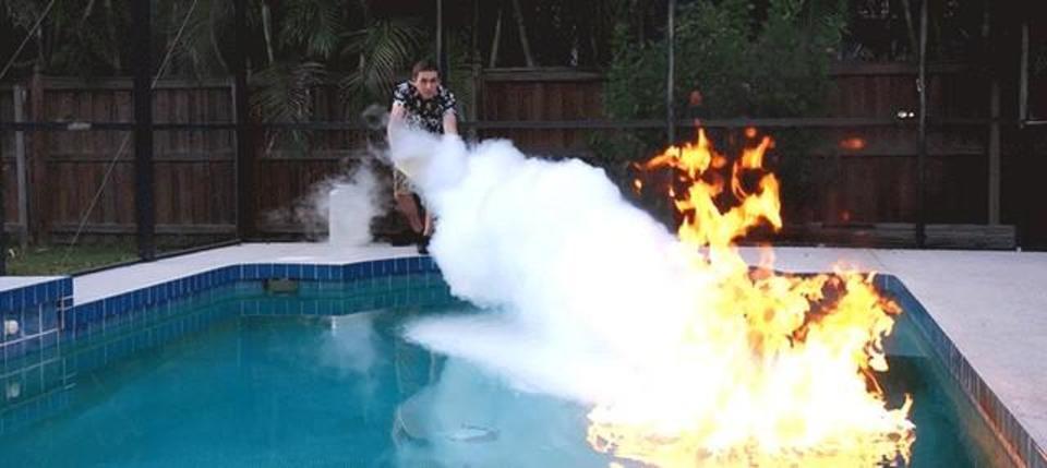 水の上で燃え盛る炎を液体窒素で消す、クレイジーな実験