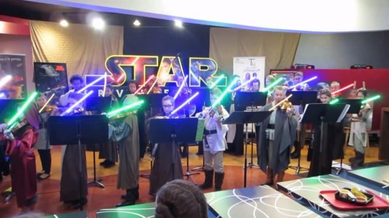 ライトセーバーでヴァイオリンを弾くジェダイのチビっ子騎士たち