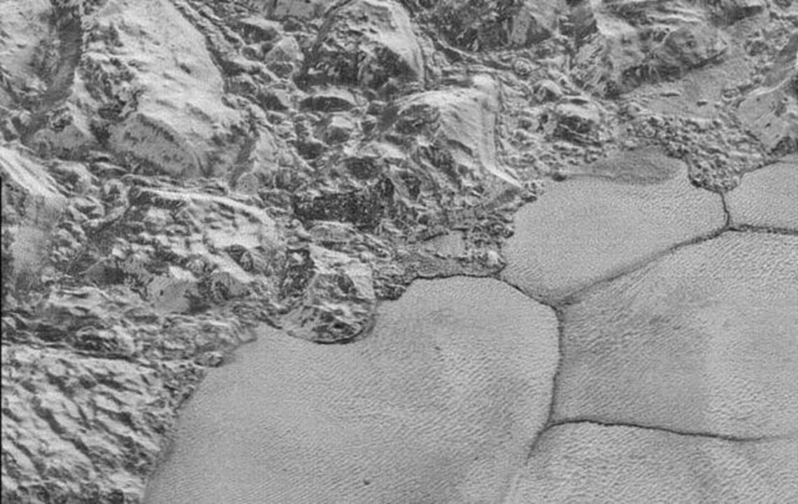 まるで冥王星を飛んでいるみたい! ニューホライズンズが冥王星の地表を鮮明に捉えた映像