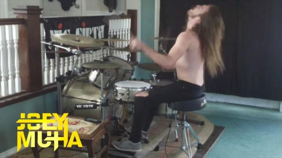 メタライズ・ドラムの達人が演奏する007のテーマ