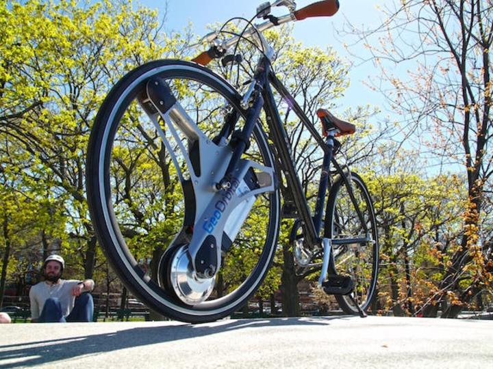 前輪部分にポンと付けるだけ。 お手軽な電動自転車キットが楽しそう