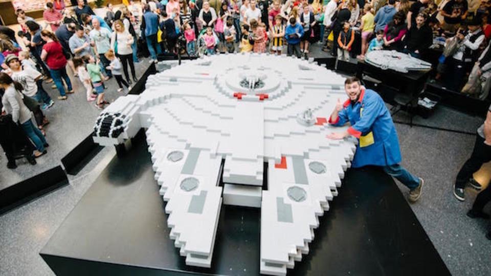 レゴで作ったミレニアム・ファルコンがとにかくデカイ!