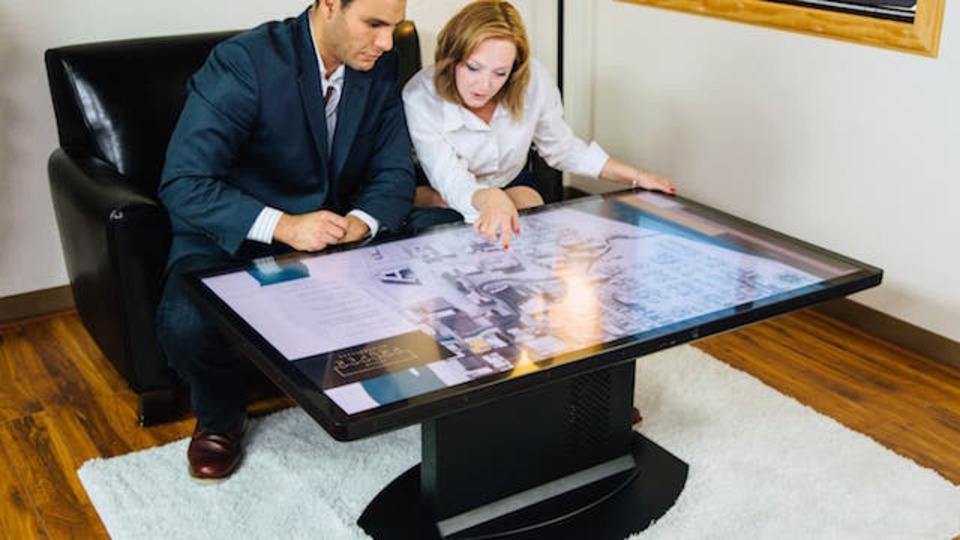 ディスプレイ内蔵コーヒーテーブルは「タッチ」で現実とコミュニケートする