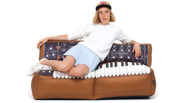 20160520_minimoog-sofa2.jpg