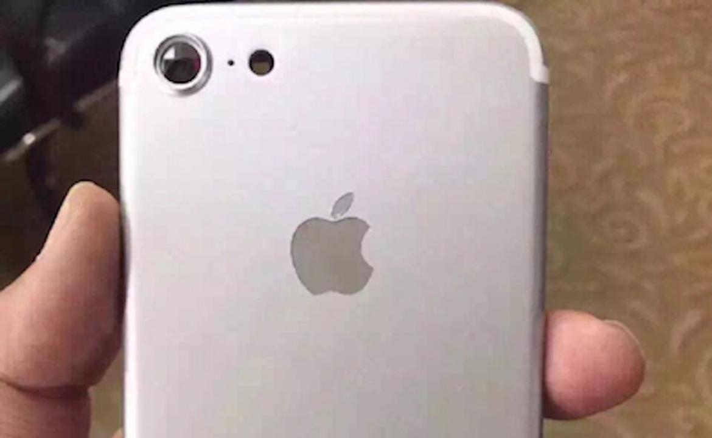 これがiPhone 7の背面カメラ? サイズは大きく、突起は斜めに