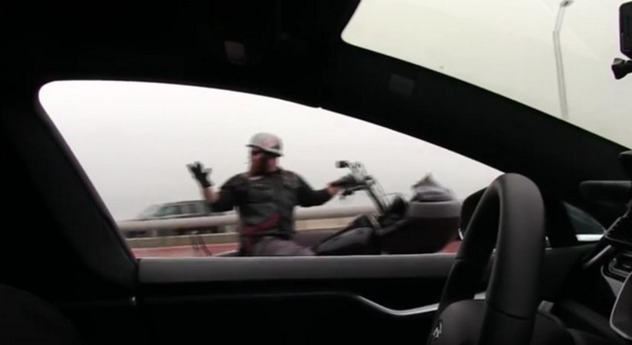 この車、誰も乗ってないよ! Teslaの自動運転に驚く人たち