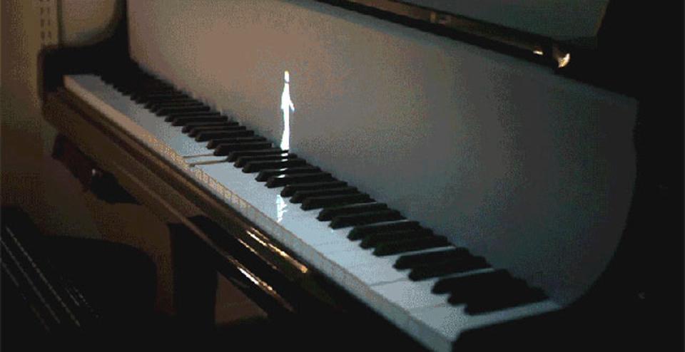 小人が演奏するピアノ。アイディアしだいでファンタジーは現実に