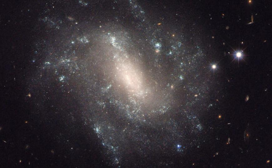 宇宙の膨張は想定以上に速かった? 未知の力が存在する可能性も