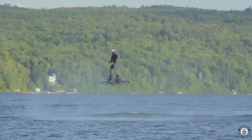 ホバーボードかドローンか。人が乗って宙に浮く乗り物がパリでお披露目