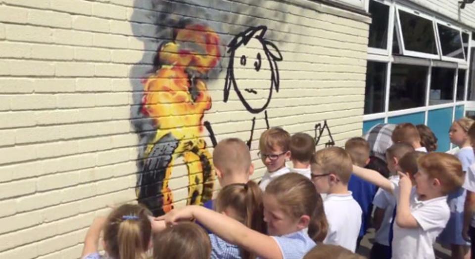 校舎を「Banksy」と命名した小学校に、Banksy本人がグラフィティをプレゼント