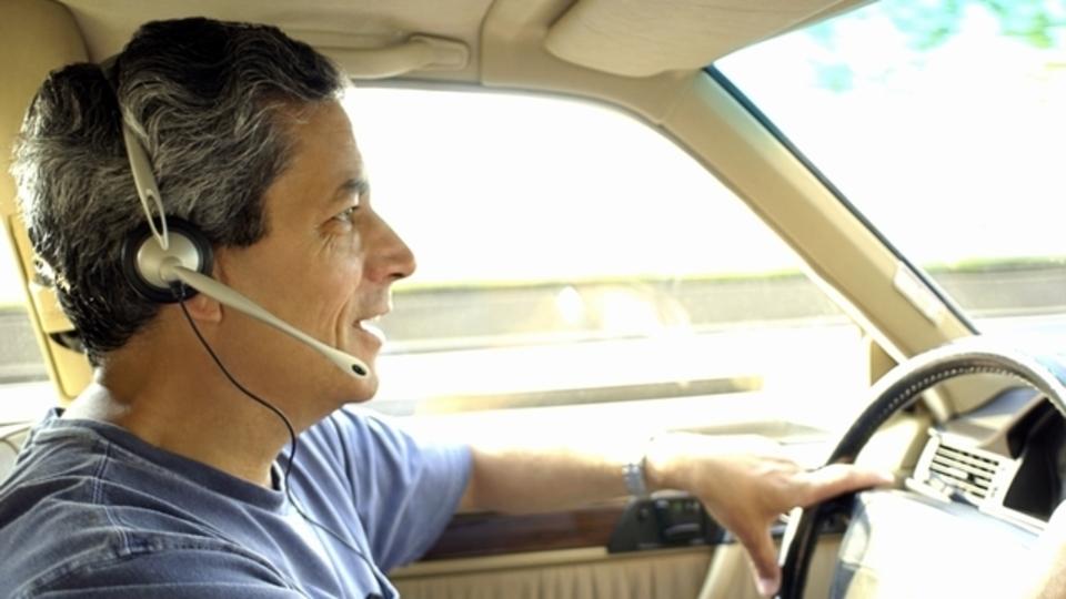 ハンズフリー通話も交通事故につながることが判明。とにかく運転に集中してください