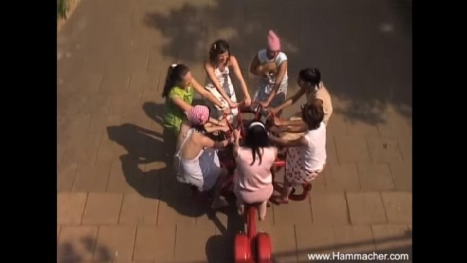 度胸と友達が必要になりそうな大人7人乗り三輪車