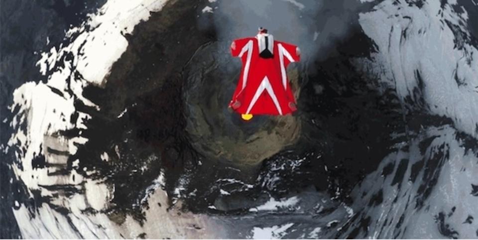 ビジャリカ活火山の真上を飛行する「ウィングスーツ・パイロット」にハラハラさせられた