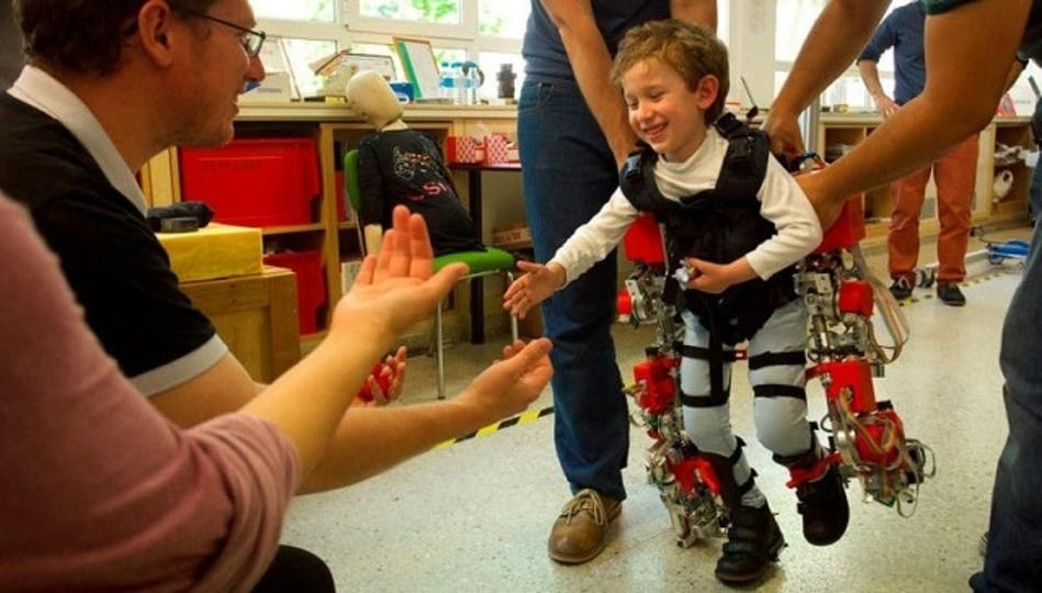 世界初! 子供向けの歩行支援パワードスーツが開発中
