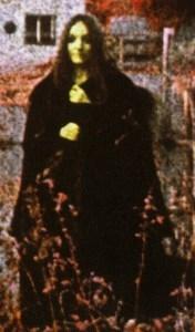 ヘヴィメタルの陰謀論・不気味なたたずまいの女性