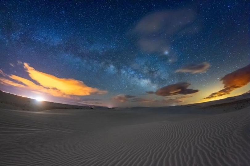 白砂と星空の艶やかな競演。ホワイトサンズの昼夜をタイムラプスで