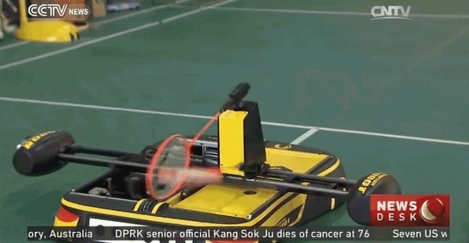 掟破りの二刀流。中国にバドミントン・ロボットが登場したよ