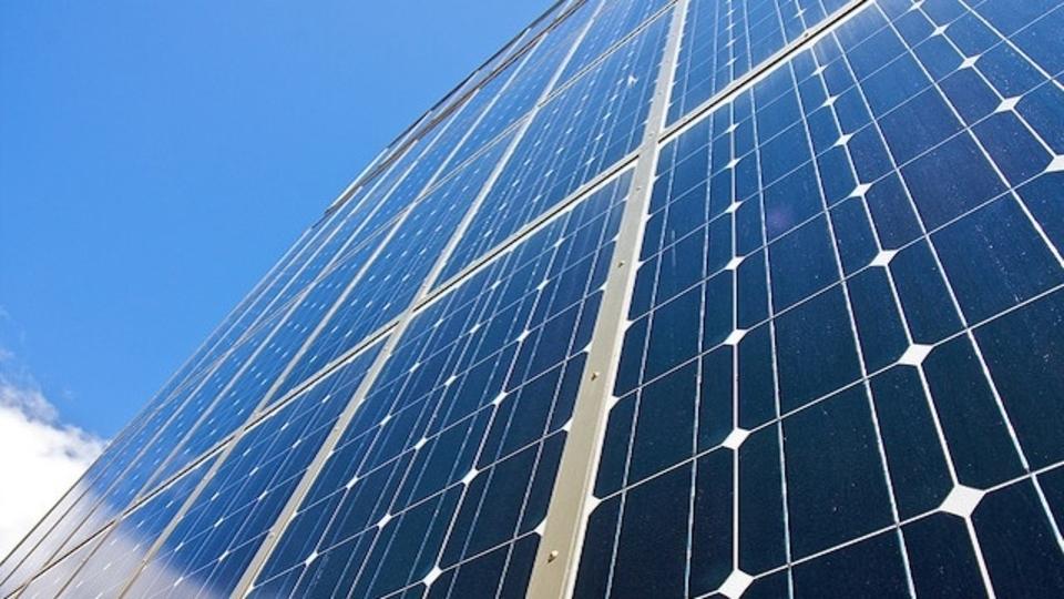 イーロン・マスク、親戚が営む太陽光発電企業を買収へ