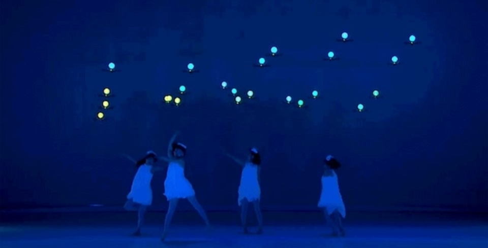 まるで妖精。ドローンと一緒に踊る幻想的なダンス