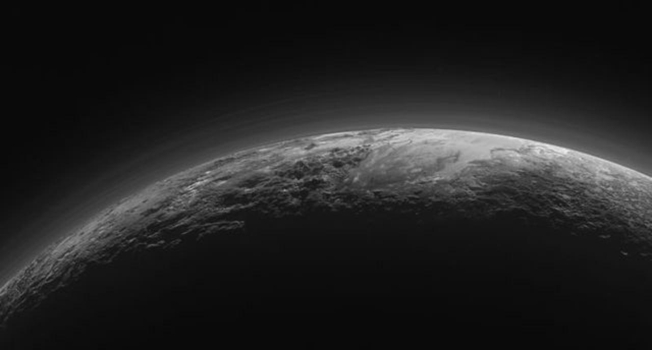 冥王星の地下には流れる海が眠っている?