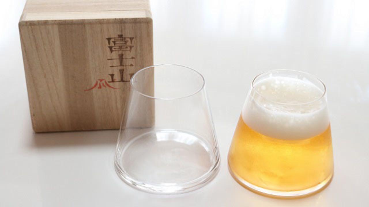 ビールを注ぐと手の中に富士山ができるハンドメイドグラス「菅原工芸硝子・富士山グラス」