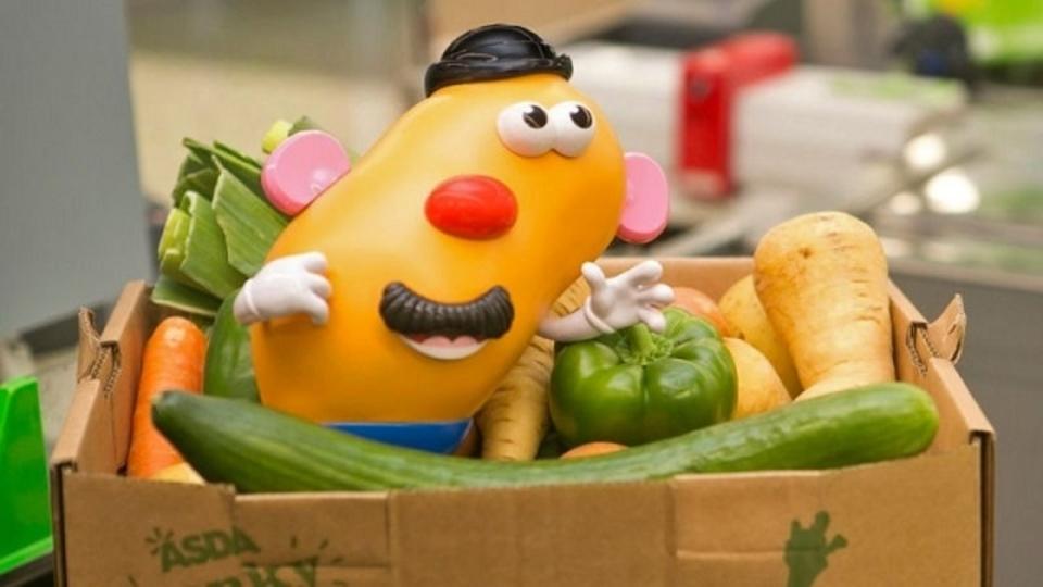食料廃棄への関心を高めるため、顔のゆがんだミスター・ポテトヘッドが立ち上がる