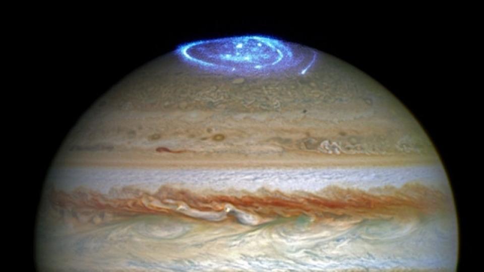 青白く輝く、木星で観測された巨大オーロラ。木星探査機ジュノーの到着を祝うかのよう