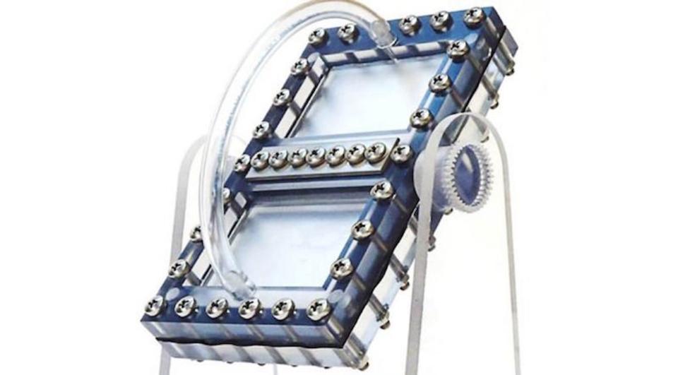 そうだ、重力で動かせばいいんだ。砂時計の原理を応用した電池、誕生
