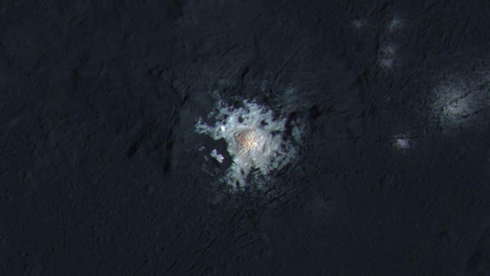 準惑星ケレス、大量の液体の水がなければ存在しないはずの輝きの謎