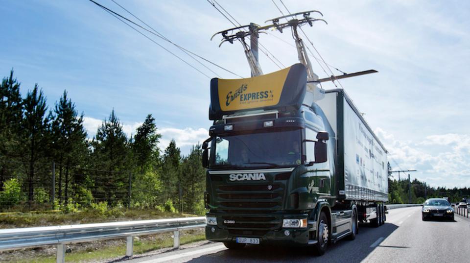 スウェーデンでは線に繋がれたトラックが走るらしい