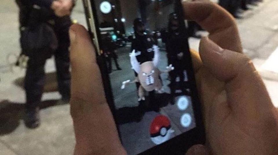 今年は流行りそう…。不謹慎な「Pokemon GO」写真