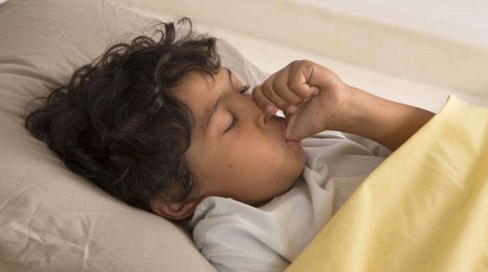 指をしゃぶる子どもはアトピーに強く育つかもしれない