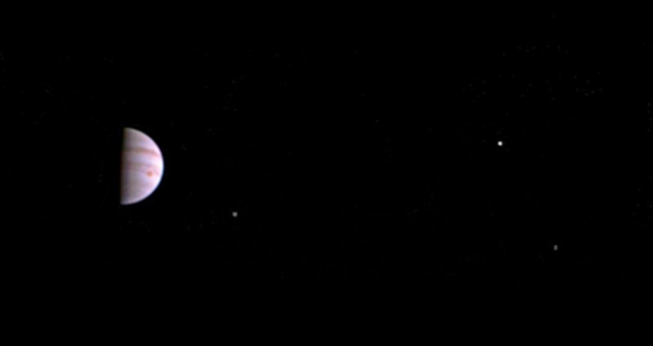 7f590b191be39 3つの衛星も。木星探査機ジュノー、観測軌道からの初画像が公開 ...