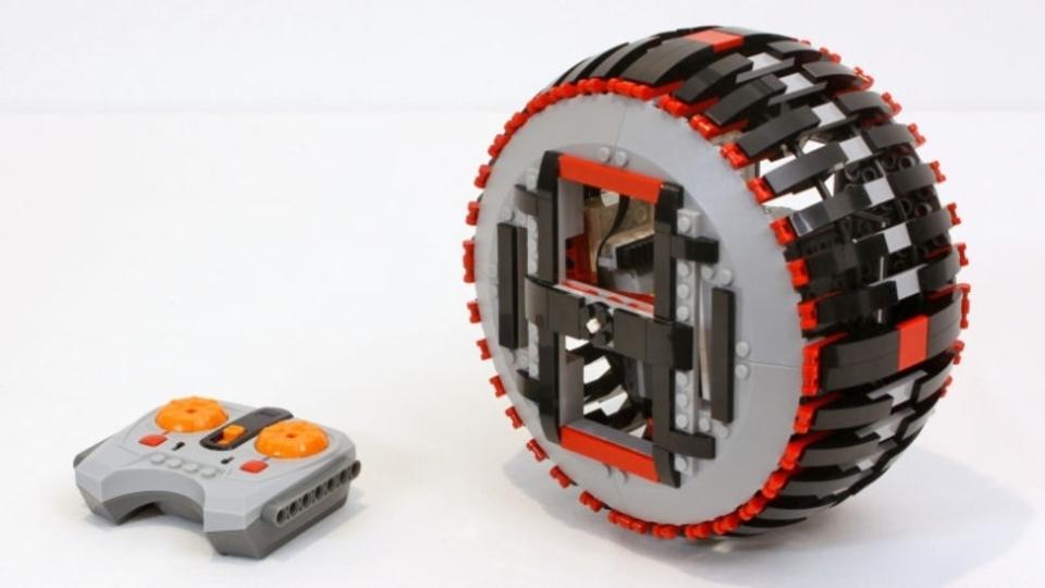 バイクのようにコーナリングできるラジコン車輪レゴ
