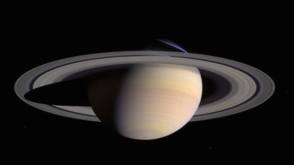 なぜ土星の写真には他の星がないの?