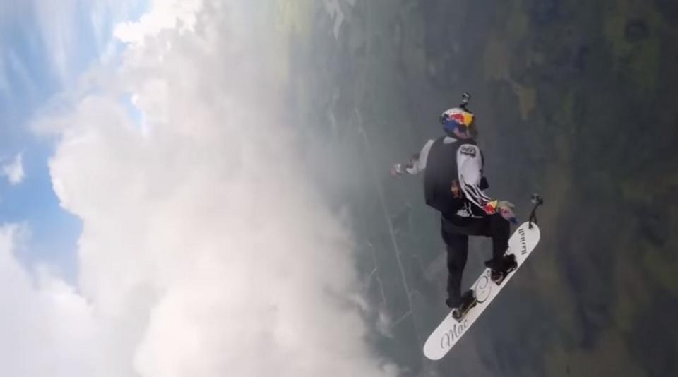 気持ちよさそう! 絶対やりたくないけど! 嵐の中をスカイサーフィンする男