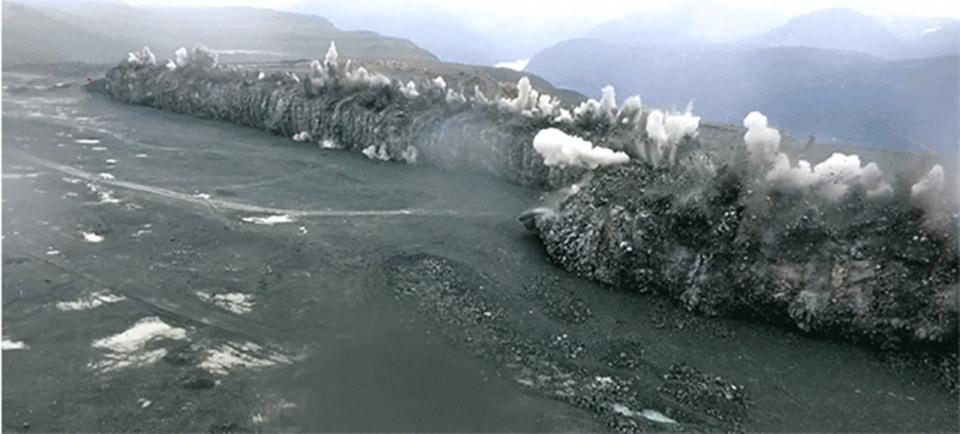 384mの岩壁を75トンの爆薬で爆破すると…津波のようになる