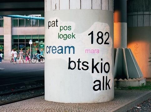 読みやすさが大事? 逆転の発想で街の落書きを変えた人