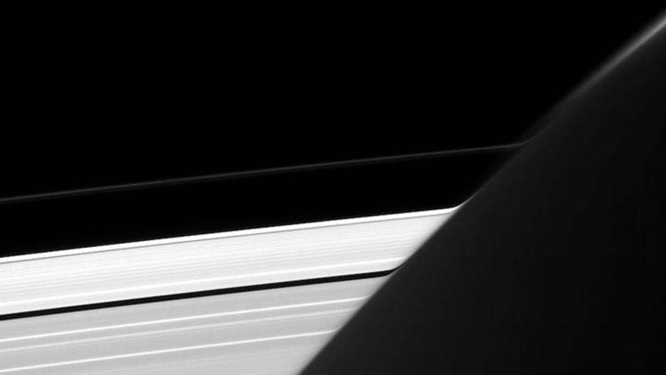 グニャリ。土星の輪っか、もしかして曲がってる?
