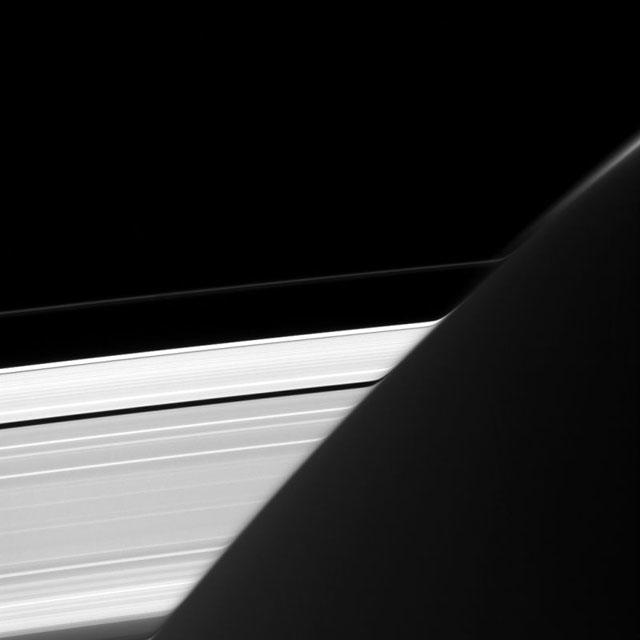 土星の輪が歪んでいるように見える