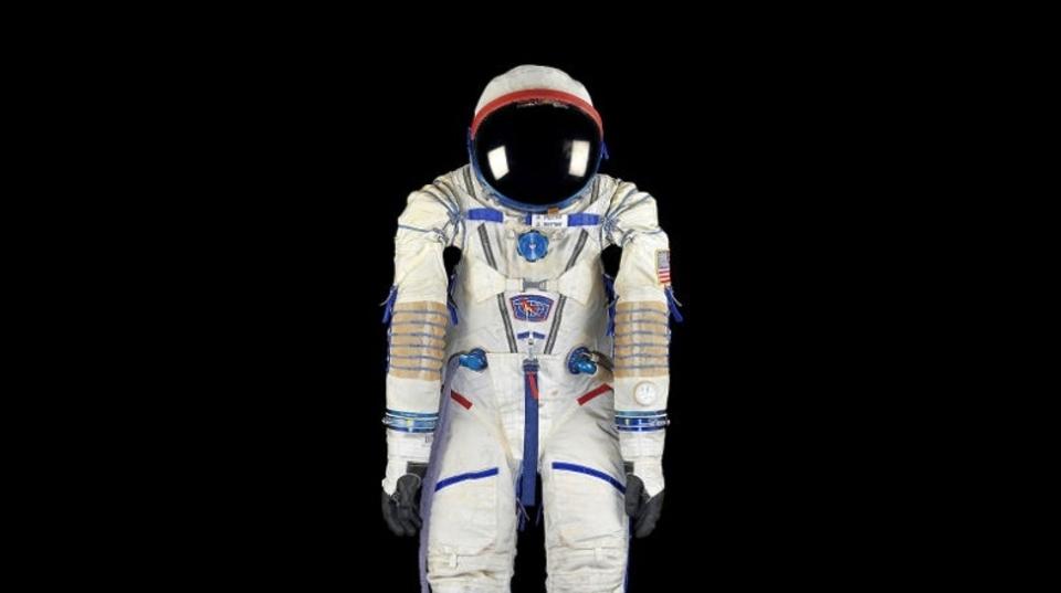 「宇宙服」や「月の地図」がオークションに出品。さていくらになった?