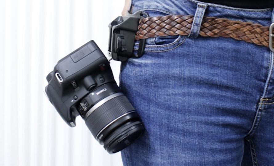 着脱簡単! 一眼カメラを腰に下げるホルダーで、レジャーをアクティブに