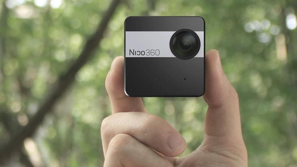 つまめるサイズ! 極小の360度カメラが冒険心をかき立てる